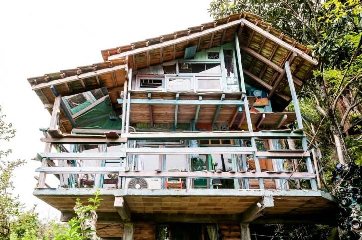 cabaña hecha con materiales reutilizables