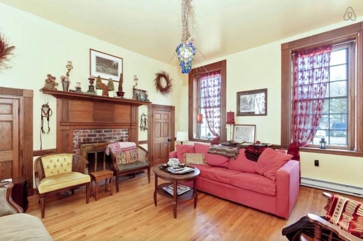 sala con sofa rojo
