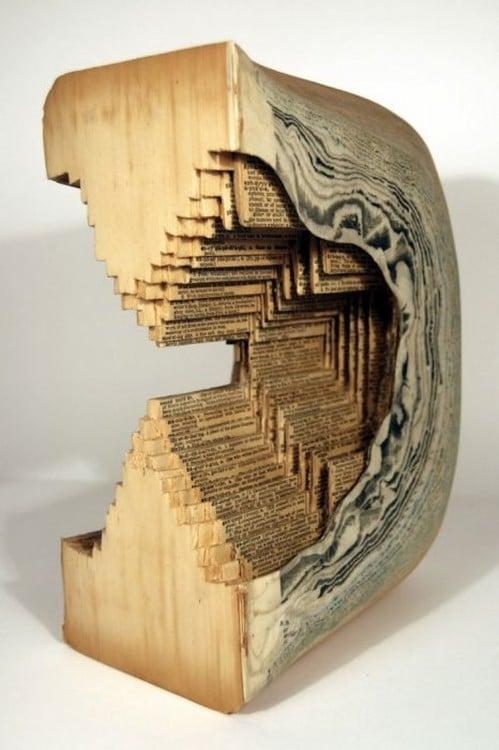 libro hecho arte con forma de reloj de arena