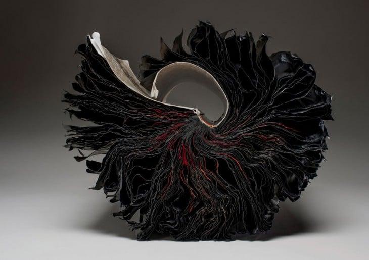 libro hecho arte con hojas negras