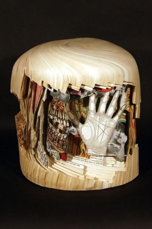 libro hecho arte con una mano humana