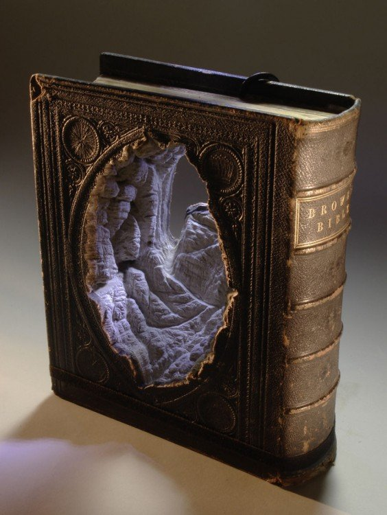 libro hecho arte con agujero