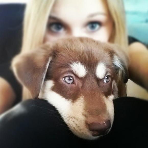 Selfie de una chica con su perrito