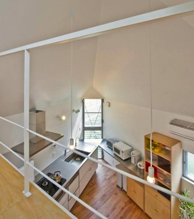 Cocina de la casa triangular con techos altos