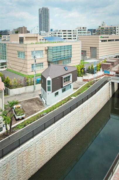 Fotografía tomada desde lejos de una casa triangular en Japón