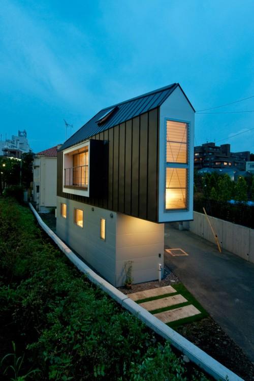 Casa triangular de noche