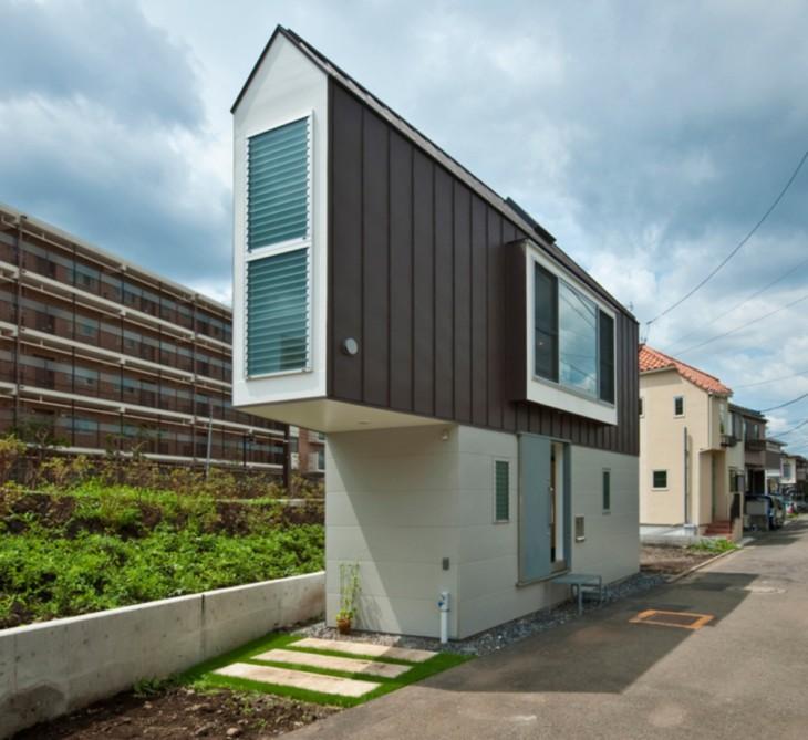 Casa con diseño triangular construida a la orilla de un río en Japón