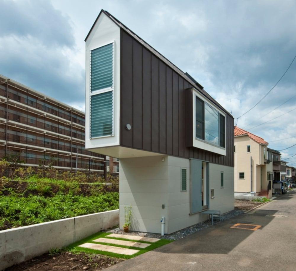 casa con diseo triangular construida a la orilla de un ro en japn