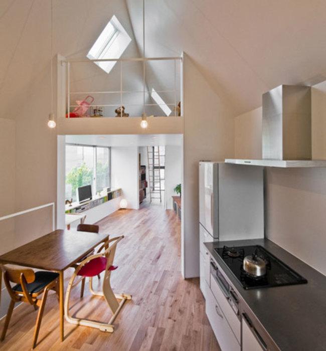 Casa triangular por dentro en la cocina