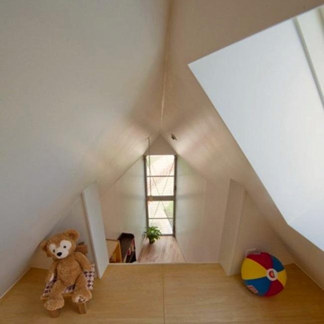 Área de juegos dentro de la casa triangular