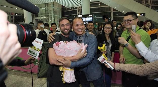 Abrazo entre Matt Stopera y el hermano naranjo en el aeropuerto
