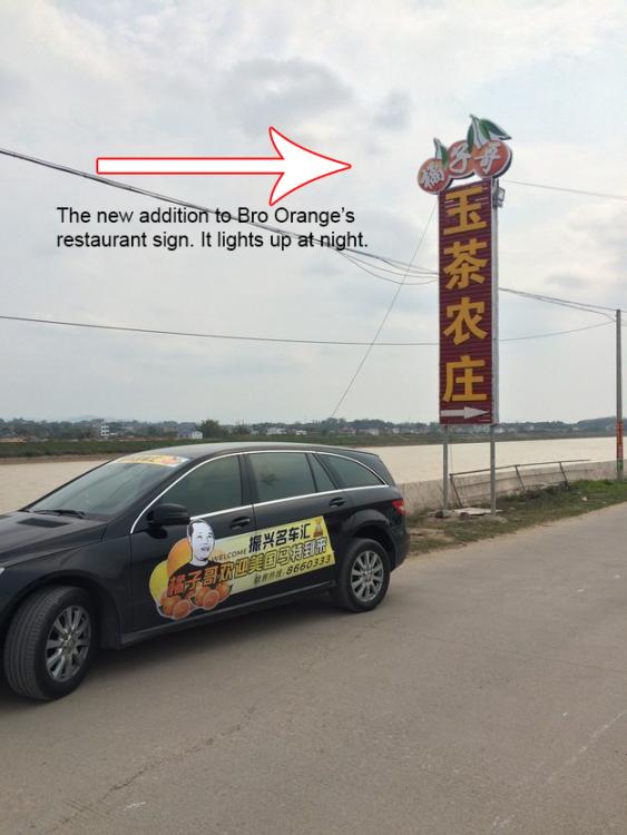 Matt Stopera llegando en un coche al restaurante del hermano naranja