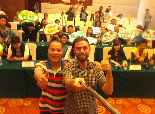 Selfie de Matt Stopera con el hermano naranja detrás de las personas de la rueda de prensa