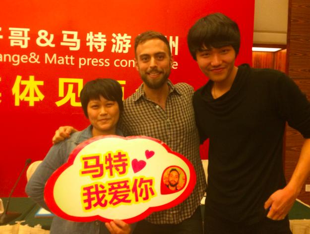 Matt Stopera en una fotografía con dos personas en China