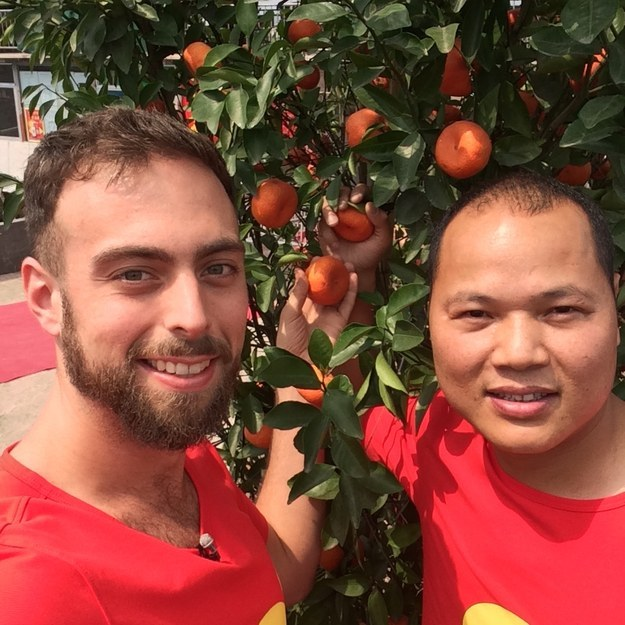 Selfie de Matt Stopera y el hermano naranja