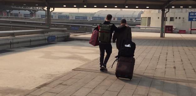 Matt Stopera y el hermano naranja caminando en un aeropuerto