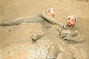 Matt Stopera y el hermano naranja jugando durante el baño de barro