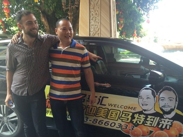 Hermano naranja y Matt Stopera frente a un coche con sus caras