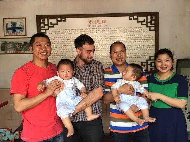 Matt Stopera junto al hermano naranja y otro hombre y dos bebés