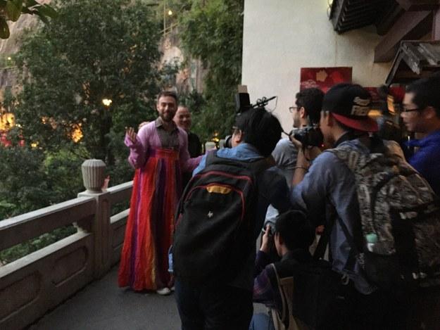 Matt Stopera vestido de niña china alrededor de camarógrafos