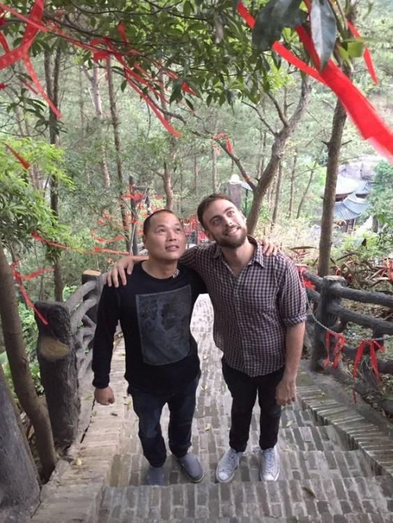 Matt Stopera y hermano naranja abrazados observando hacia arriba