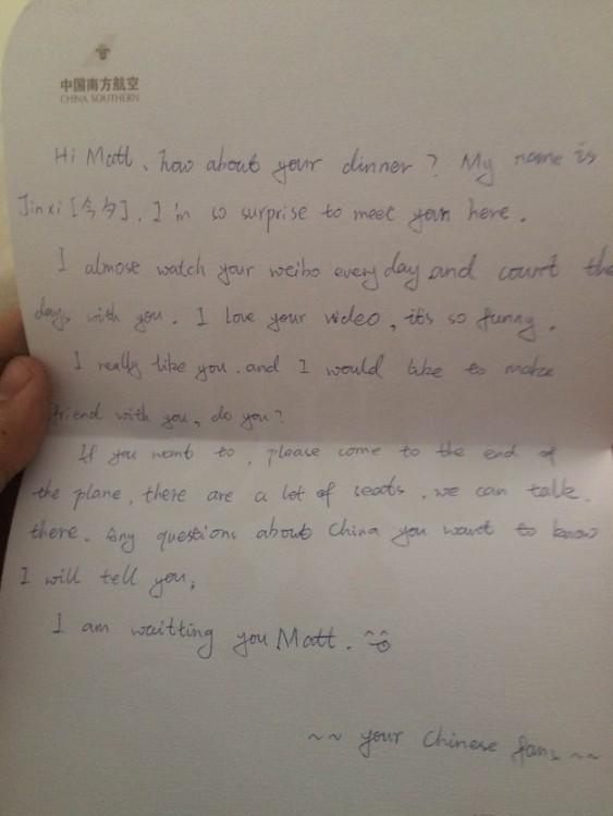 Nota que una fan de China dejo a Matt Stopera en el vuelo de Beijing