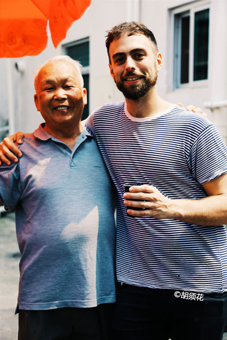 Matt Stopera junto a un fan chino de 78 años de edad