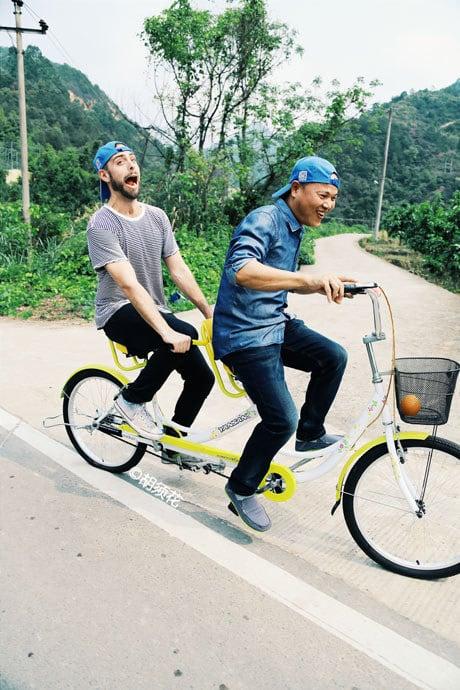Hermano naranja con Matt Stopera paseando en bicicleta