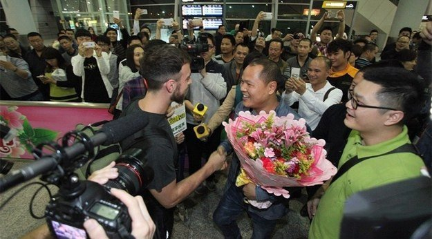 Matt Stopera y el hombre naranjo saludandose en el aeropuerto