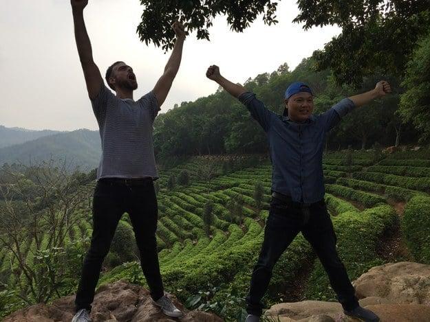 Hermano naranja y Matt Stopera en una granja de té