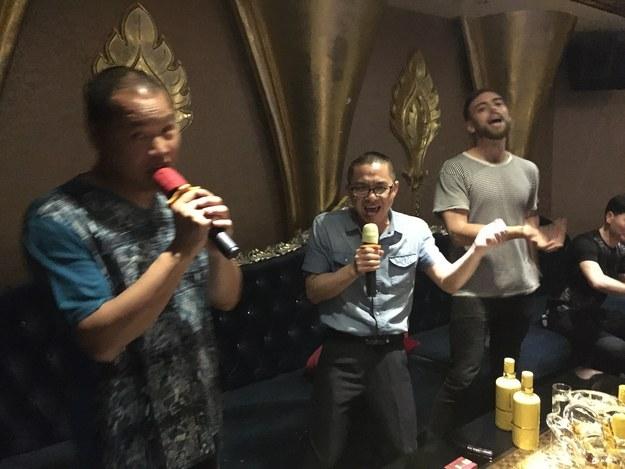 Hermano naranja y Matt Stopera cantando en un karaoke