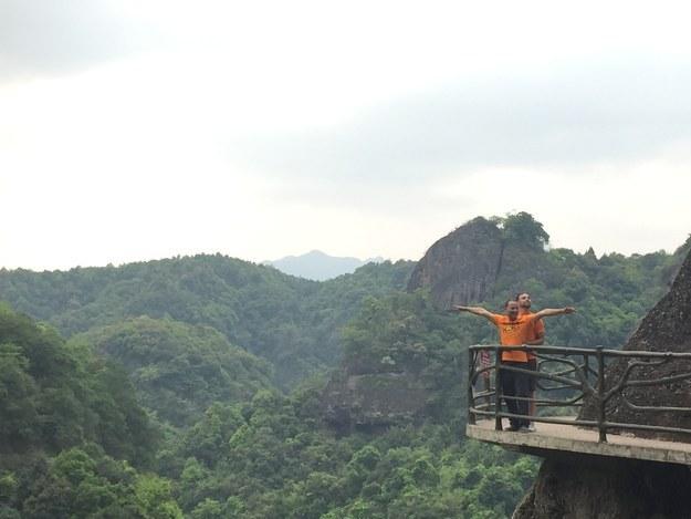 Matt Stopera con el hermano naranja en un acantilado a la orilla de una montaña