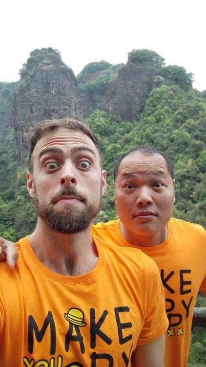 Selfie de Matt Stopera con el hermano naranjo