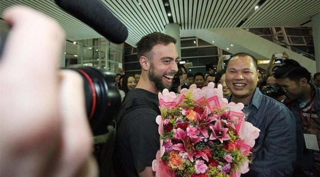 Matt Stopera recibe unas flores de parte del hermano naranjo