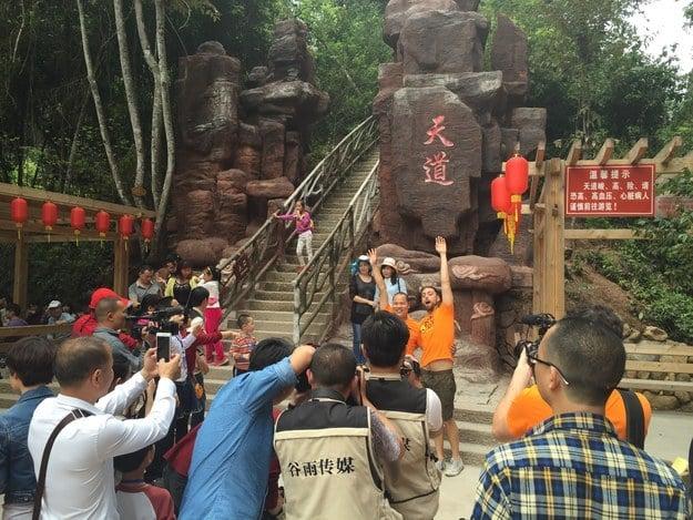 Matt Stopera con el hermano naranja a la entrada de una montaña famosa de China