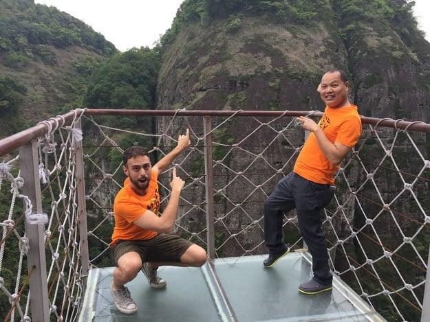 Fotografía de Matt Stopera con el hermano naranja mostrando la montaña