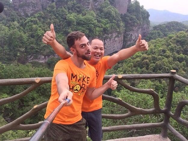 Selfie de Matt Stopera con el hermano naranja