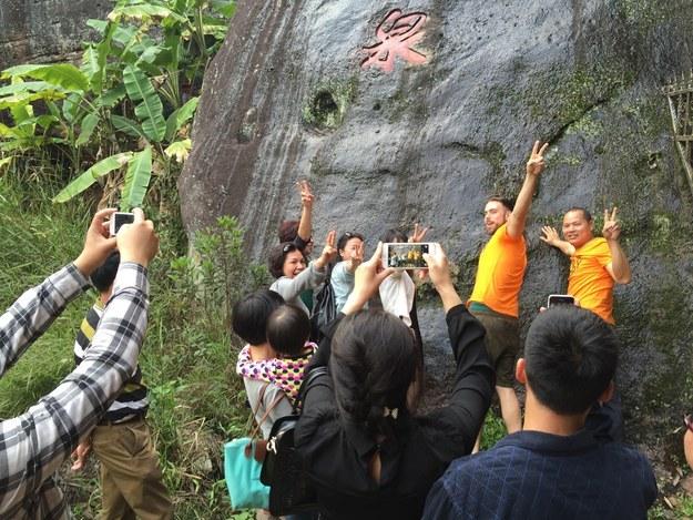Fotografía con Matt Stopera el hermano naranja y más gente cerca de una montaña.