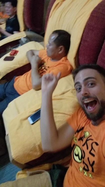 Selfie de Matt Stopera junto con el hermano naranja