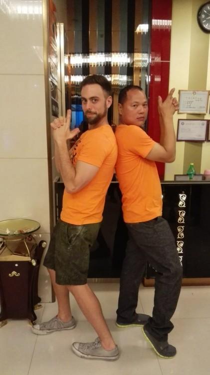Matt Stopera y el hermano naranja con poses de ángeles de charlie