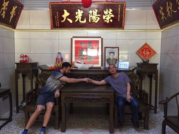 Hermano naranja y Matt Stopera sentados uniendo sus manos