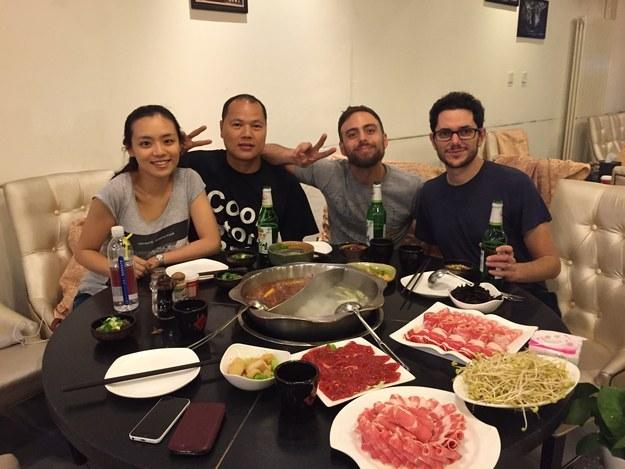 Matt Stopera y el hermano naranja en una mesa cenando con dos personas más