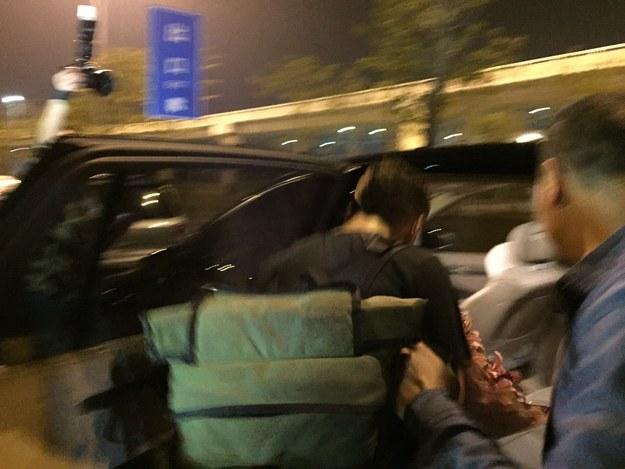 Matt Stopera entrando a un coche al salir del aeropuerto