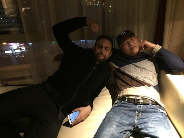 Matt Stopera y el hermano naranja sentados en un sillón en el hotel