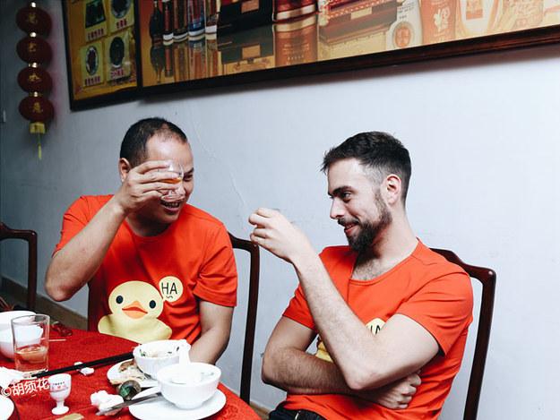 Matt Stopera brindando junto al hermano naranja