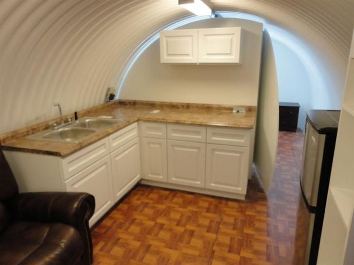 Cocina con fregadero, mesada y heladera subterranea