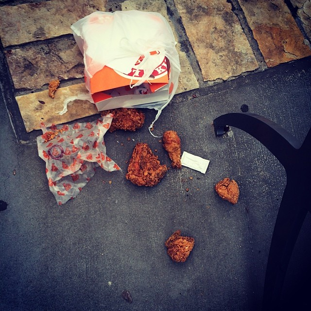 Piezas de pollo tiradas en el suelo