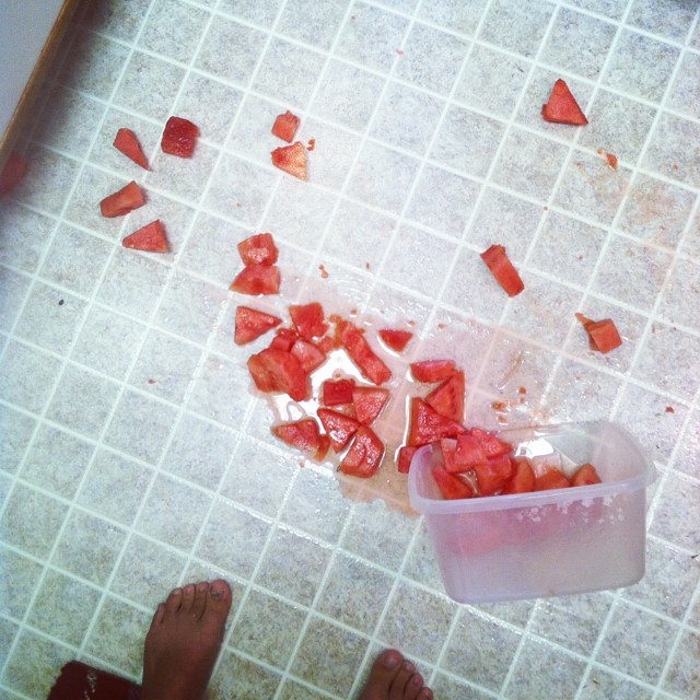 Recipiente con sandía derramado en el suelo