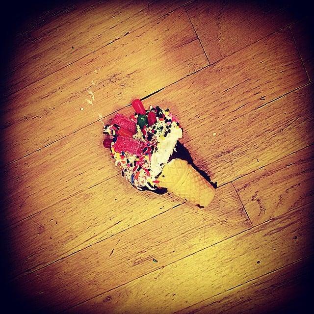 Helado de colores tirado en el piso