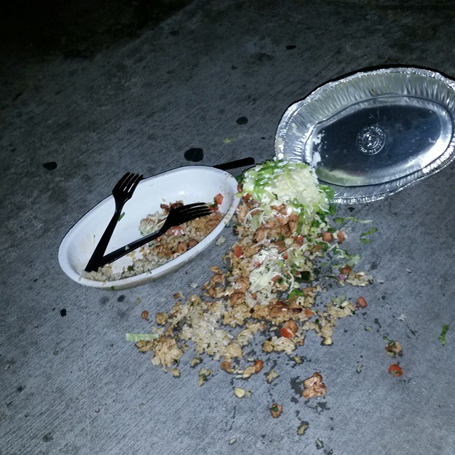 Plato de comida de chipotle derramada en el suelo